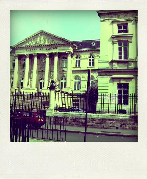 Amiens - Palais de justice (Somme - 80090) [2008] (Photo de Didier Desmet) Pola [Artiste Infirme Moteur Cérébral] [Infirmité Motrice Cérébrale] [IMC] [Paralysie Cérébrale] [Cerebral Palsy] [Handicap]