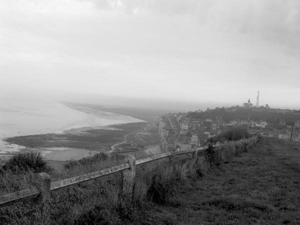 Ault et sa plage vues de ses falaises (Somme - 80460) [2005] (Photo de Didier Desmet) Noir et blanc 1 [Artiste Infirme Moteur Cérébral] [Infirmité Motrice Cérébrale] [IMC] [Paralysie Cérébrale] [Cerebral Palsy] [Handicap]