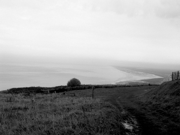 Ault et sa plage vues de ses falaises (Somme - 80460) [2005] (Photo de Didier Desmet) Noir et blanc [Artiste Infirme Moteur Cérébral] [Infirmité Motrice Cérébrale] [IMC] [Paralysie Cérébrale] [Cerebral Palsy] [Handicap]