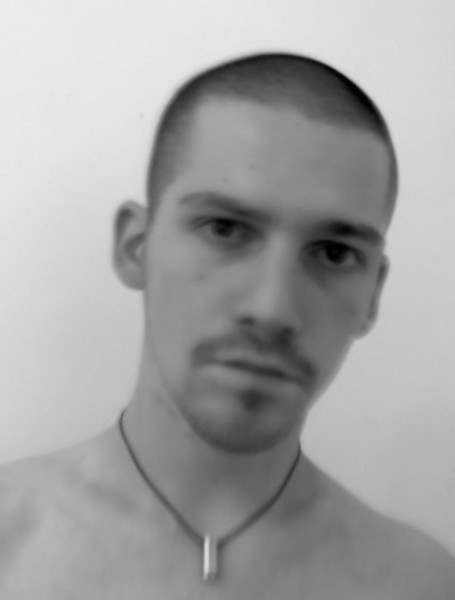 Autoportrait [Essai 2005] (Photo de Didier Desmet) (1) [Artiste Infirme Moteur Cérébral] [Infirmité Motrice Cérébrale] [IMC] [Paralysie Cérébrale] [Cerebral Palsy] [Handicap]