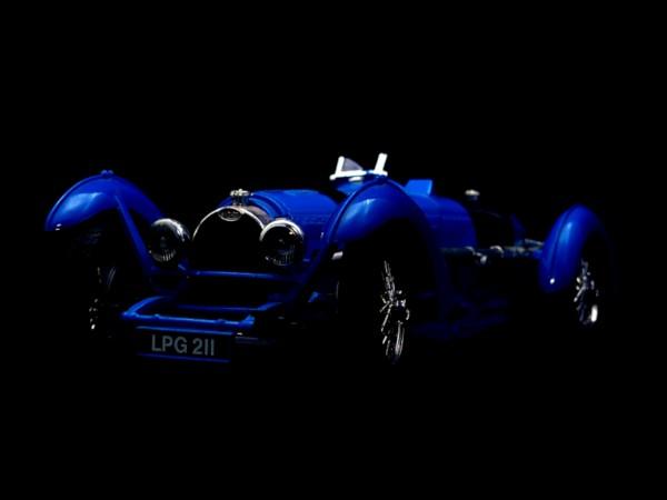 Bugatti bleue [2020] (Photo de Didier Desmet) Reproduction Miniature Voiture Ancienne [Artiste Infirme Moteur Cérébral] [Infirmité Motrice Cérébrale] [IMC] [Paralysie Cérébrale] [Cerebral Palsy] [Handicap] [Kawaii]