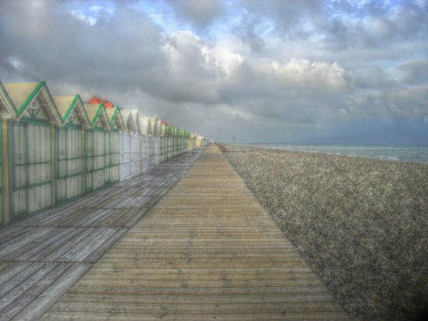 Cayeux-sur-mer - La promenade des planches et les cabines (Somme - 80410) [2011] (Photo de Didier Desmet) HDR [Artiste Infirme Moteur Cérébral] [Infirmité Motrice Cérébrale] [IMC] [Paralysie Cérébrale] [Cerebral Palsy] [Handicap]
