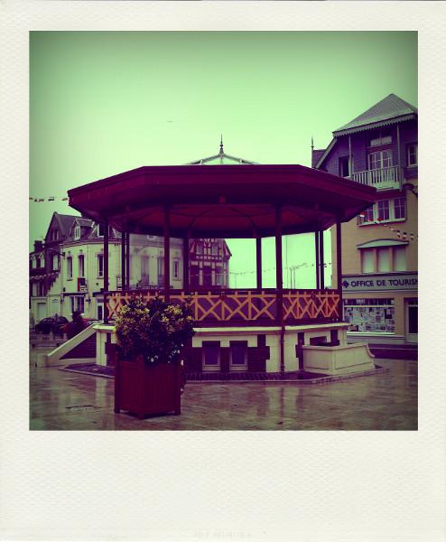 Cayeux-sur-mer - Le kiosque sous la pluie (Somme - 80410) [2011] (Photo de Didier Desmet) Aot Pola [Artiste Infirme Moteur Cérébral] [Infirmité Motrice Cérébrale] [IMC] [Paralysie Cérébrale] [Cerebral Palsy] [Handicap]
