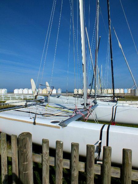 Cayeux-sur-mer - Les cabines et les catamarans(Somme - 80410) [2012] (Photo de Didier Desmet) Juin [Artiste Infirme Moteur Cérébral] [Infirmité Motrice Cérébrale] [IMC] [Paralysie Cérébrale] [Cerebral Palsy] [Handicap]