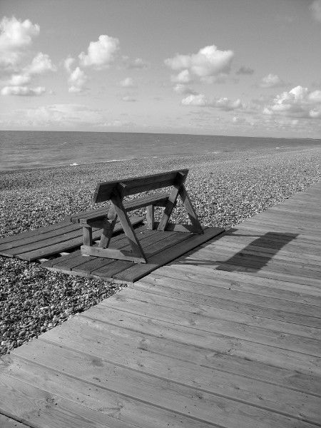 Cayeux-sur-mer (Somme - 80410) [2011] (Photo de Didier Desmet) Banc Noir et blanc Juin [Artiste Infirme Moteur Cérébral] [Infirmité Motrice Cérébrale] [IMC] [Paralysie Cérébrale] [Cerebral Palsy] [Handicap]