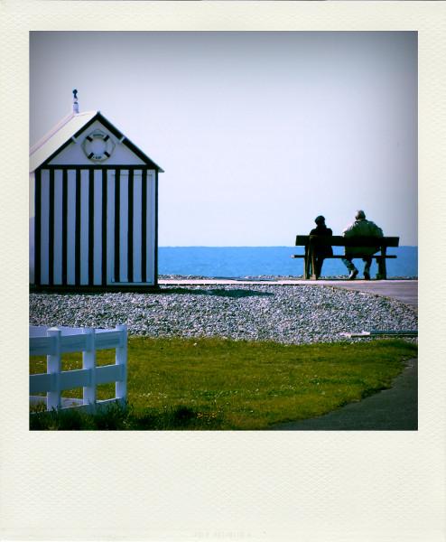 Cayeux-sur-mer (Somme - 80410) [2012] (Photo de Didier Desmet) Juin Promenade des planches Cabine Banc Plage Mer Pola [Artiste Infirme Moteur Cérébral] [Infirmité Motrice Cérébrale] [IMC] [Paralysie Cérébrale] [Cerebral Palsy] [Handicap]