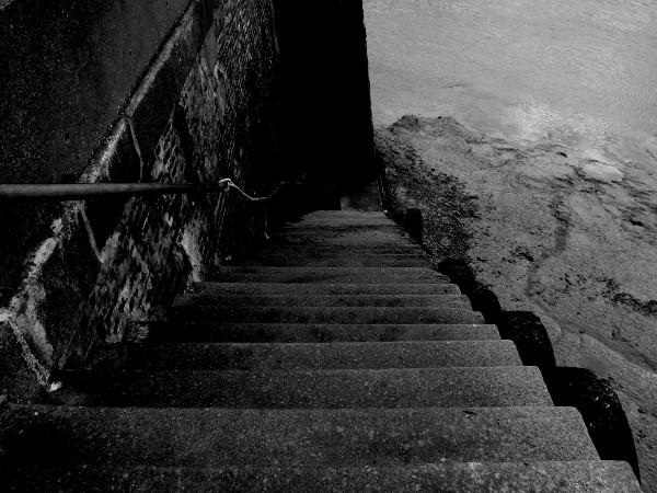Descente - Port du Tréport (Seine-Maritime - 76470) [2016] (Photo de Didier Desmet) Escalier Monochrome [Artiste Infirme Moteur Cérébral] [Infirmité Motrice Cérébrale] [IMC] [Paralysie Cérébrale] [Cerebral Palsy] [Handicap]
