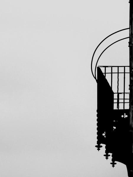 Eu - Balcon métallique du Château d`Eu (Seine-Maritime - 76260) [2016] (Photo de Didier Desmet) Noir et blanc [Artiste Infirme Moteur Cérébral] [Infirmité Motrice Cérébrale] [IMC] [Paralysie Cérébrale] [Cerebral Palsy] [Handicap]