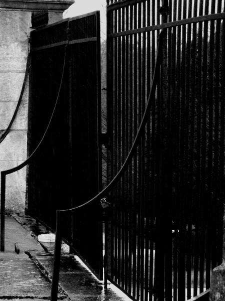 Eu - Grilles du Château d`Eu (Côté Nord) (Seine-Maritime - 76260) [2016] (Photo de Didier Desmet) Noir et blanc [Artiste Infirme Moteur Cérébral] [Infirmité Motrice Cérébrale] [IMC] [Paralysie Cérébrale] [Cerebral Palsy] [Handicap]