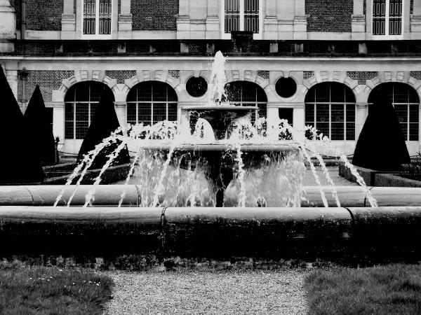 Eu - La fontaine du Château d`Eu (Seine-Maritime - 76260) [2016] (Photo de Didier Desmet) Noir et blanc [Artiste Infirme Moteur Cérébral] [Infirmité Motrice Cérébrale] [IMC] [Paralysie Cérébrale] [Cerebral Palsy] [Handicap]
