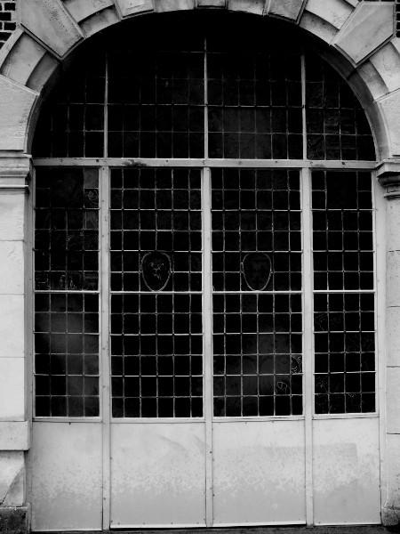Eu - Portique et ses vitraux - Château d`Eu (Seine-Maritime - 76260) [2016] (Photo de Didier Desmet) Noir et blanc [Artiste Infirme Moteur Cérébral] [Infirmité Motrice Cérébrale] [IMC] [Paralysie Cérébrale] [Cerebral Palsy] [Handicap]