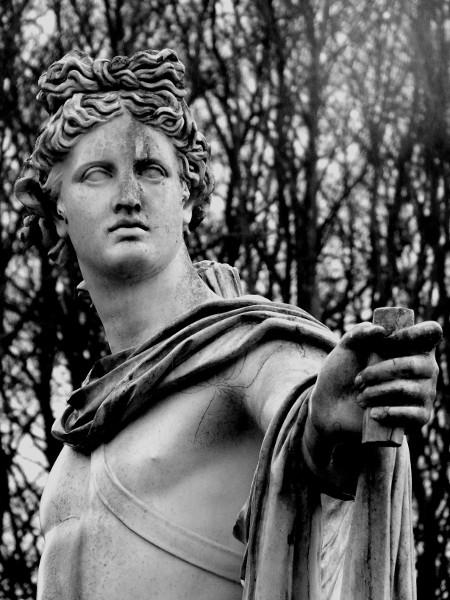 Eu - Reproduction en résine de la statue d`Apollon du Belvédère - Jardin Château d`Eu (Seine-Maritime - 76260) [2016] (Photo de Didier Desmet) Noir et blanc [Artiste Infirme Moteur Cérébral] [Infirmité Motrice Cérébrale] [IMC] [Paralysie Cérébrale] [Cerebral Palsy] [Handicap]