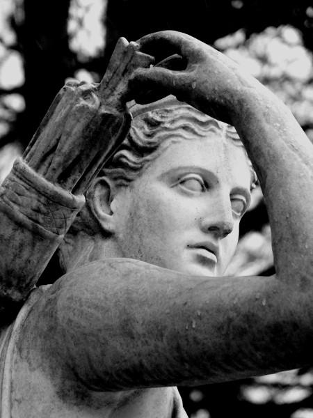Eu - Reproduction en résine de la statue de Diane chasseresse Artémis - Jardin du Château d`Eu (Sud) (Seine-Maritime - 76260) [2016] (Photo de Didier Desmet) Noir et blanc [Artiste Infirme Moteur Cérébral] [Infirmité Motrice Cérébrale] [IMC] [Paralysie Cérébrale] [Cerebral Palsy] [Handicap]