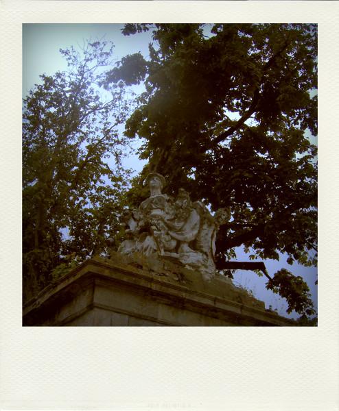 Eu - Statue vétuste trônant sur l`enceinte du Château d`Eu (Seine-Maritime - 76260) [2005] (Photo de Didier Desmet) Pola [Artiste Infirme Moteur Cérébral] [Infirmité Motrice Cérébrale] [IMC] [Paralysie Cérébrale] [Cerebral Palsy] [Handicap]