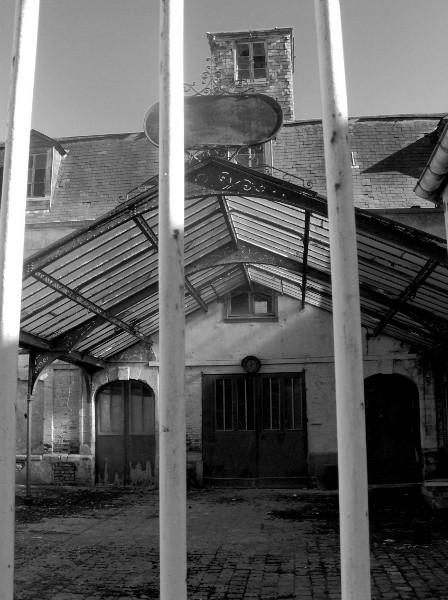 Eu - Usine désaffectée (Seine-Maritime - 76260) [2005] (Photo de Didier Desmet) Noir et blanc [Artiste Infirme Moteur Cérébral] [Infirmité Motrice Cérébrale] [IMC] [Paralysie Cérébrale] [Cerebral Palsy] [Handicap]