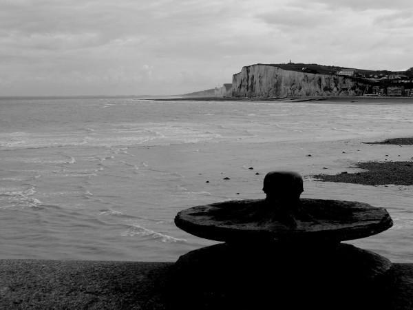 La bitte d`amarrage - Les falaises d`Ault vue du phare du Tréport (Seine-Maritime - 76470) [2016] (Photo de Didier Desmet) Monochrome [Artiste Infirme Moteur Cérébral] [Infirmité Motrice Cérébrale] [IMC] [Paralysie Cérébrale] [Cerebral Palsy] [Handicap]