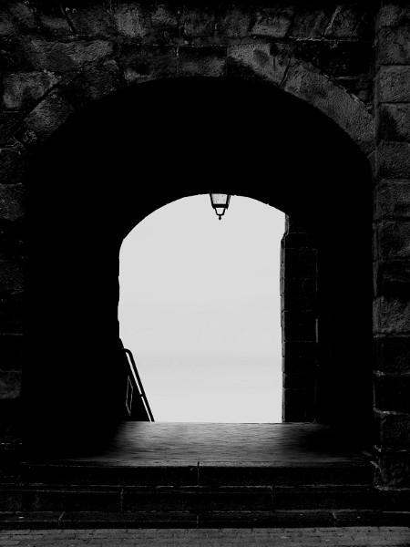 L`église Saint-Jacques du Tréport (Seine-Maritime - 76470) [2016] (Photo de Didier Desmet) Passage Arches Monochrome [Artiste Infirme Moteur Cérébral] [Infirmité Motrice Cérébrale] [IMC] [Paralysie Cérébrale] [Cerebral Palsy] [Handicap]
