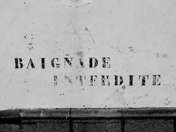 Le phare du Tréport - Baignade interdite (Seine-Maritime - 76470) [2016] (Photo de Didier Desmet) Monochrome [Artiste Infirme Moteur Cérébral] [Infirmité Motrice Cérébrale] [IMC] [Paralysie Cérébrale] [Cerebral Palsy] [Handicap]