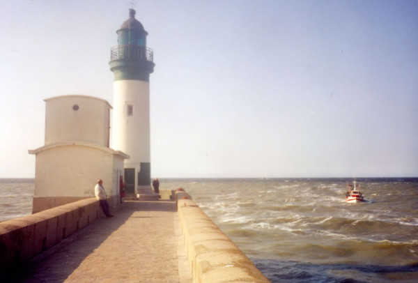 Le phare du Tréport - Le bateau (Seine-Maritime - 76470) [2001] (Photo de Didier Desmet) Argentique [Artiste Infirme Moteur Cérébral] [Infirmité Motrice Cérébrale] [IMC] [Paralysie Cérébrale] [Cerebral Palsy] [Handicap]
