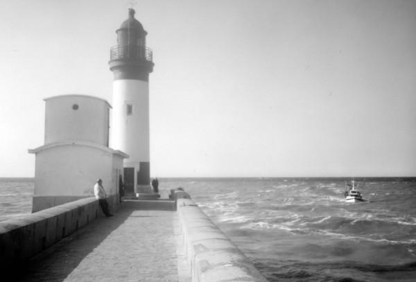 Le phare du Tréport - Le bateau (Seine-Maritime - 76470) [2001] (Photo de Didier Desmet) Noir et blanc Argentique [Artiste Infirme Moteur Cérébral] [Infirmité Motrice Cérébrale] [IMC] [Paralysie Cérébrale] [Cerebral Palsy] [Handicap]