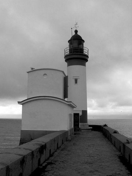 Le phare du Tréport (Seine-Maritime - 76470) [2005] (Photo de Didier Desmet) Noir et blanc [Artiste Infirme Moteur Cérébral] [Infirmité Motrice Cérébrale] [IMC] [Paralysie Cérébrale] [Cerebral Palsy] [Handicap]