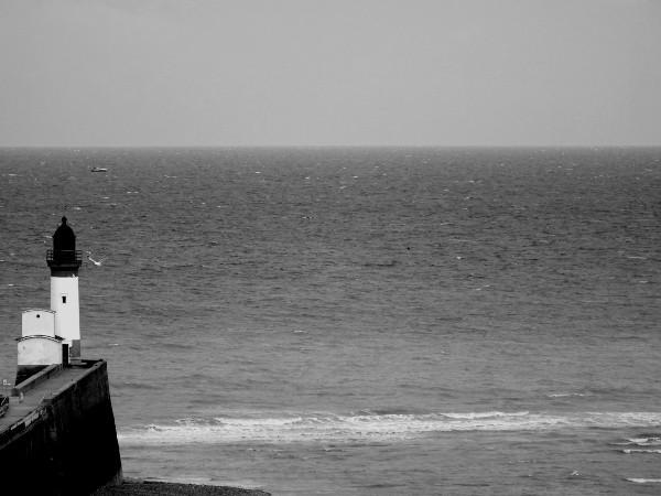 Le phare du Tréport (Seine-Maritime - 76470) [2016] (Photo de Didier Desmet) Monochrome [Artiste Infirme Moteur Cérébral] [Infirmité Motrice Cérébrale] [IMC] [Paralysie Cérébrale] [Cerebral Palsy] [Handicap]