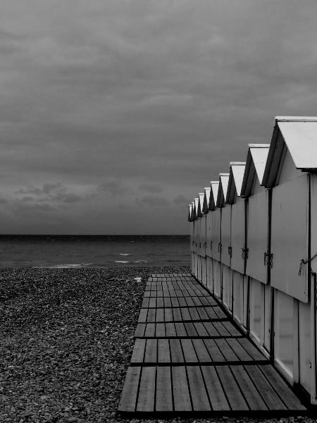 Les cabines blanches du Tréport (Seine-Maritime - 76470) [2016] (Photo de Didier Desmet) Monochrome [Artiste Infirme Moteur Cérébral] [Infirmité Motrice Cérébrale] [IMC] [Paralysie Cérébrale] [Cerebral Palsy] [Handicap]