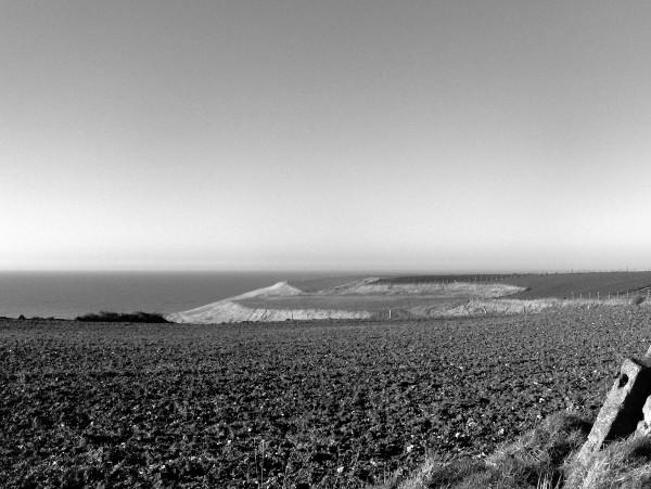 Les champs des falaises d`Ault (Somme - 80460) [2005] (Photo de Didier Desmet) Noir et blanc [Artiste Infirme Moteur Cérébral] [Infirmité Motrice Cérébrale] [IMC] [Paralysie Cérébrale] [Cerebral Palsy] [Handicap]