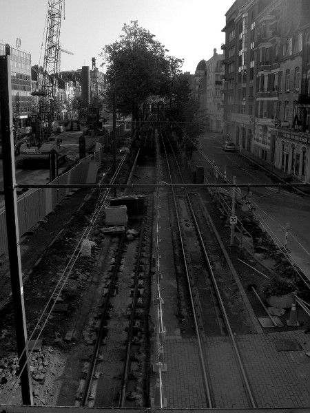 Lille - Travaux de l`avenue de la République (Nord - 59000) [2006] (Photo de Didier Desmet) Noir et blanc [Artiste Infirme Moteur Cérébral] [Infirmité Motrice Cérébrale] [IMC] [Paralysie Cérébrale] [Cerebral Palsy] [Handicap]