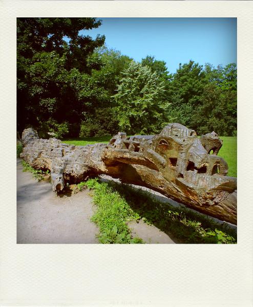 Lille - Tronc d`un arbre abattu sculpté par Christophe Cardon au Bois de Boulogne [2012] (Photo de Didier Desmet) Pola [Artiste Infirme Moteur Cérébral] [Infirmité Motrice Cérébrale] [IMC] [Paralysie Cérébrale] [Cerebral Palsy] [Handicap]