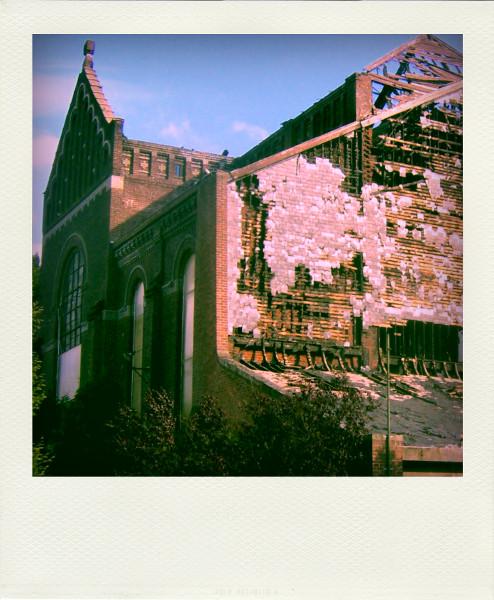 Loos - L`église Sainte Anne après l`incendie volontaire du 7 mai 2007 (Nord - 59120) [2007] (Photo de Didier Desmet) Pola [Artiste Infirme Moteur Cérébral] [Infirmité Motrice Cérébrale] [IMC] [Paralysie Cérébrale] [Cerebral Palsy] [Handicap]