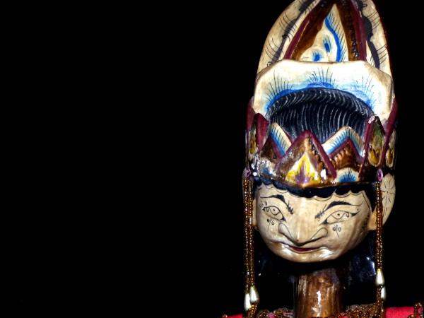 """Marionnette indonésienne """"Face"""" [2020] (Photo de Didier Desmet) [Artiste Infirme Moteur Cérébral] [Infirmité Motrice Cérébrale] [IMC] [Paralysie Cérébrale] [Cerebral Palsy] [Handicap] [Kawaii]"""
