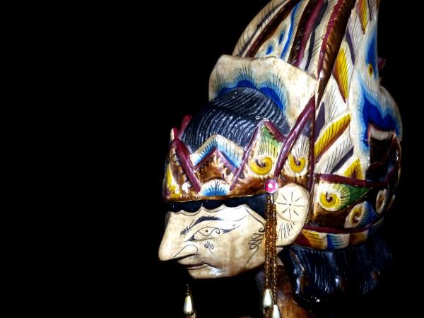 """Marionnette indonésienne """"Profil"""" [2020] (Photo de Didier Desmet) [Artiste Infirme Moteur Cérébral] [Infirmité Motrice Cérébrale] [IMC] [Paralysie Cérébrale] [Cerebral Palsy] [Handicap] [Kawaii]"""