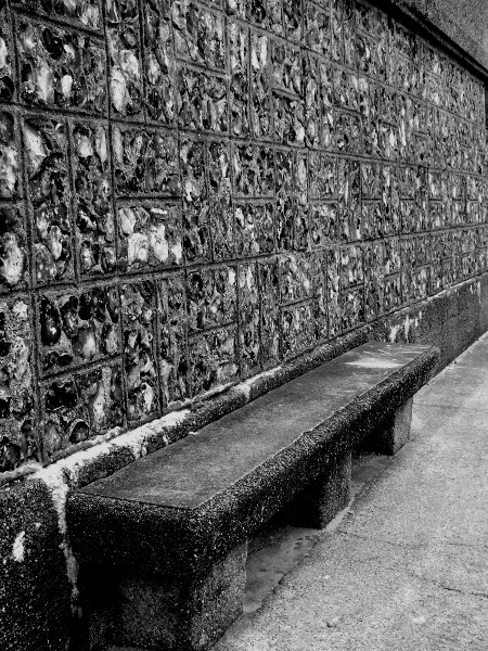 Mur de silex taillés et son banc - Plage du Tréport (Seine-Maritime - 76470) [2016] (Photo de Didier Desmet) Monochrome [Artiste Infirme Moteur Cérébral] [Infirmité Motrice Cérébrale] [IMC] [Paralysie Cérébrale] [Cerebral Palsy] [Handicap]