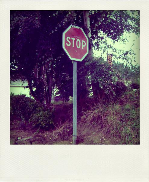 Ochancourt - Le panneau STOP (Somme - 80210) [2005] (Photo de Didier Desmet) Pola [Artiste Infirme Moteur Cérébral] [Infirmité Motrice Cérébrale] [IMC] [Paralysie Cérébrale] [Cerebral Palsy] [Handicap]