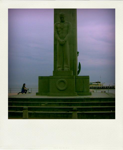 Ostende (Belgique) - Monument aux marins, placé à l`endroit où se trouvait le phare d`Ooostende [2008] (Photo de Didier Desmet) Zeeheldenplein Pola [Artiste Infirme Moteur Cérébral] [Infirmité Motrice Cérébrale] [IMC] [Paralysie Cérébrale] [Cerebral Palsy] [Handicap]