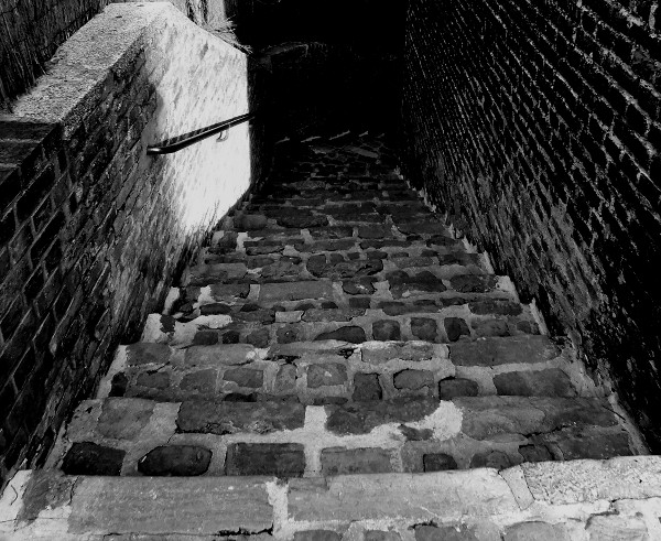 Saint-Valery-sur-Somme - Descente vers le port (Somme - 80230) [2016] (Photo de Didier Desmet) Noir et blanc [Artiste Infirme Moteur Cérébral] [Infirmité Motrice Cérébrale] [IMC] [Paralysie Cérébrale] [Cerebral Palsy] [Handicap]