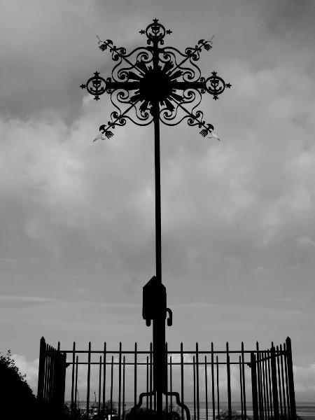 Saint-Valery-sur-Somme - La croix du calvaire des marins (Somme - 80230) [2016] (Photo de Didier Desmet) Noir et blanc [Artiste Infirme Moteur Cérébral] [Infirmité Motrice Cérébrale] [IMC] [Paralysie Cérébrale] [Cerebral Palsy] [Handicap]