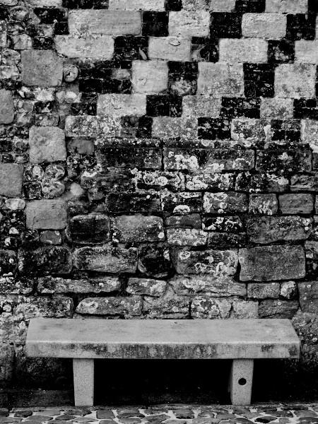 Saint-Valery-sur-Somme - Le banc - Eglise Saint-Martin (Somme - 80230) [2016] (Photo de Didier Desmet) Noir et blanc [Artiste Infirme Moteur Cérébral] [Infirmité Motrice Cérébrale] [IMC] [Paralysie Cérébrale] [Cerebral Palsy] [Handicap]