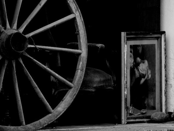 Saint-Valery-sur-Somme - Le garage de l`antiquaire (Somme - 80230) [2016] (Photo de Didier Desmet) Noir et blanc [Artiste Infirme Moteur Cérébral] [Infirmité Motrice Cérébrale] [IMC] [Paralysie Cérébrale] [Cerebral Palsy] [Handicap]
