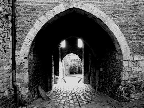 Saint-Valery-sur-Somme - Les votes de la porte de Nevers (XIIIe siècle) (Somme - 80230) [2016] (Photo de Didier Desmet) Noir et blanc [Artiste Infirme Moteur Cérébral] [Infirmité Motrice Cérébrale] [IMC] [Paralysie Cérébrale] [Cerebral Palsy] [Handicap]