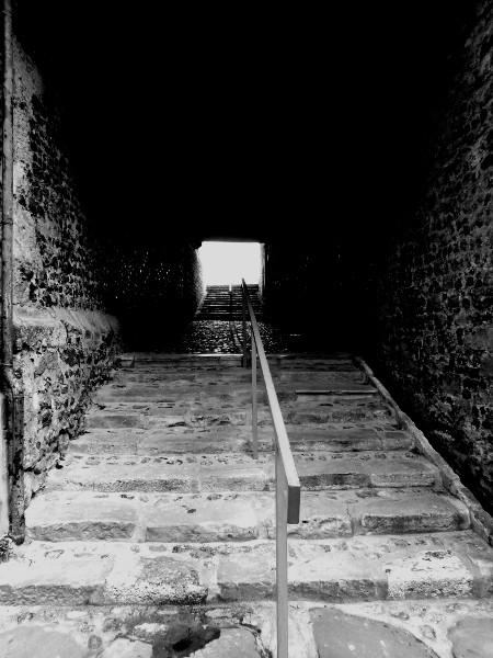 Saint-Valery-sur-Somme - Montée vers l`église Saint-Martin (Somme - 80230) [2016] (Photo de Didier Desmet) Noir et blanc [Artiste Infirme Moteur Cérébral] [Infirmité Motrice Cérébrale] [IMC] [Paralysie Cérébrale] [Cerebral Palsy] [Handicap]