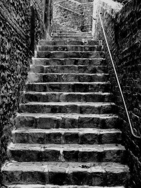Saint-Valery-sur-Somme - Montée vers la ville (Somme - 80230) [2016] (Photo de Didier Desmet) Noir et blanc [Artiste Infirme Moteur Cérébral] [Infirmité Motrice Cérébrale] [IMC] [Paralysie Cérébrale] [Cerebral Palsy] [Handicap]