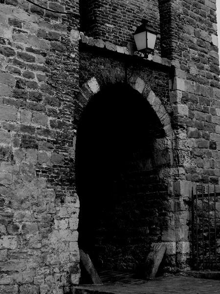 Saint-Valery-sur-Somme - Porte de Nevers (XIIIe siècle) (Somme - 80230) [2016] (Photo de Didier Desmet) Noir et blanc [Artiste Infirme Moteur Cérébral] [Infirmité Motrice Cérébrale] [IMC] [Paralysie Cérébrale] [Cerebral Palsy] [Handicap]