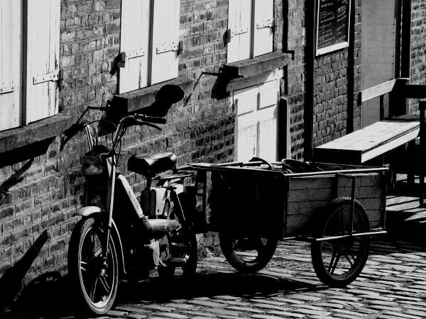 Saint-Valery-sur-Somme - Rue du la porte de Nevers (Somme - 80230) [2016] (Photo de Didier Desmet) Noir et blanc [Artiste Infirme Moteur Cérébral] [Infirmité Motrice Cérébrale] [IMC] [Paralysie Cérébrale] [Cerebral Palsy] [Handicap]